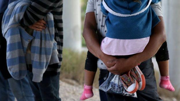 Muchas de las familias escapan de la violencia en sus países y buscan asilo en EE.UU.
