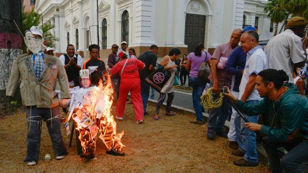 Figuras de oposición simbólicamente quemadas.