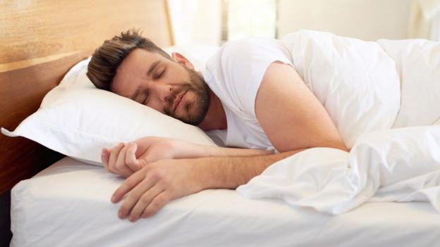 رجل مستغرق في النوم