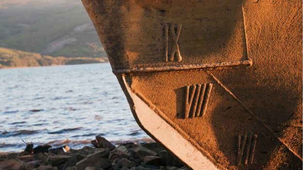 Restos de un barco antiguo con números romanos.