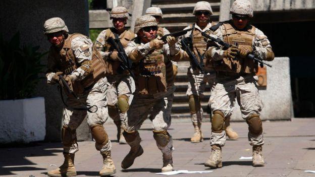 Los diputados opositores critican a Piñera por usar a la Fuerza Armada para reprimir la protesta.