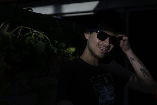 Gustavo Gatica sonriendo frente a la cámara.