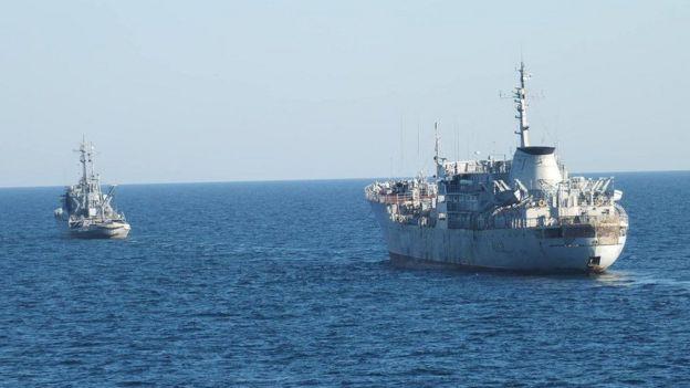 """Українські пошуково-рятувальне судно A500 """"Донбас"""" (праворуч) та морський буксир A830 """"Корець"""" на шляху до Азовського моря"""