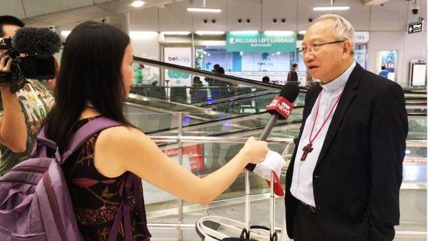 Đức Giám Mục Phaolô Nguyễn Thái Hợp trả lời phỏng vấn BBC khi ông vừa đáp xuống phi trường Survanabumi, Thái Lan khuya 20/11