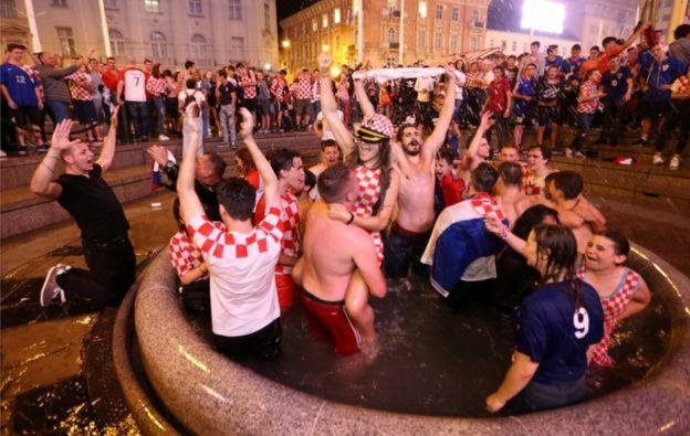 狂喜的球迷跳進噴泉裏。