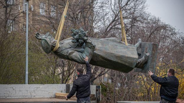 Демонтаж памятника Ивану Коневу в Праге