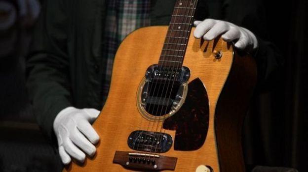 ساز ۶ میلیون دلاری خواننده نیروانا گرانترین گیتار جهان شد