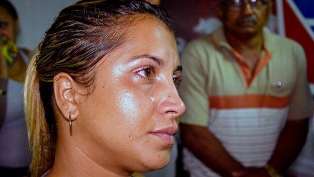 Familiar a la espera de noticias sobre sus seres queridos en Holguín, Cuba