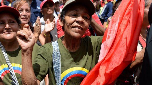 Hükümete destek gösterisi yapan Chavez yandaşları