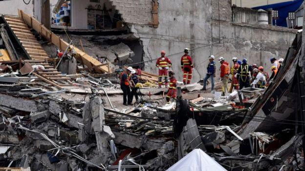 Rescatistas trabajan entre los escombros tras el terremoto del 19 de septiembre de 2017.