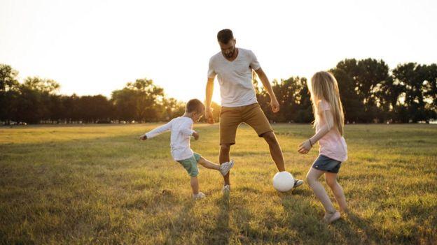 Familia jugando futbol