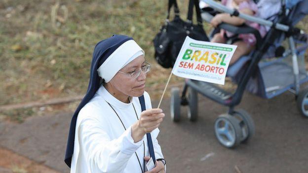 freira com bandeira contrária ao aborto