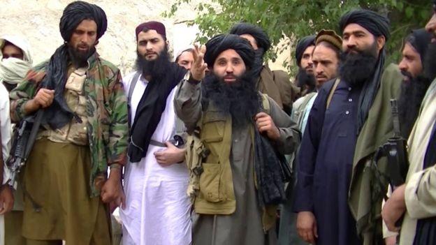 На снимке, снятом с видео без даты, выпущенном Пакистаном «Терик-и-Талибан» (ТТП), его глава Мулла Фазлулла (в центре) находится в нераскрытом месте на пак-афганской границе (файл фото)