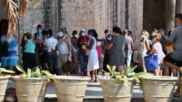 Gente haciendo cola para comprar comida en La Habana.