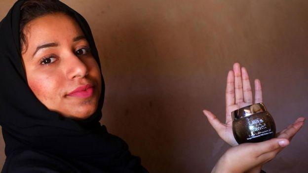 Maitha Al-Zahraa Nasser Al Hosni con un pote de olíbano