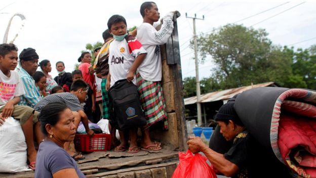 受影響範圍內的民眾撤離村莊。