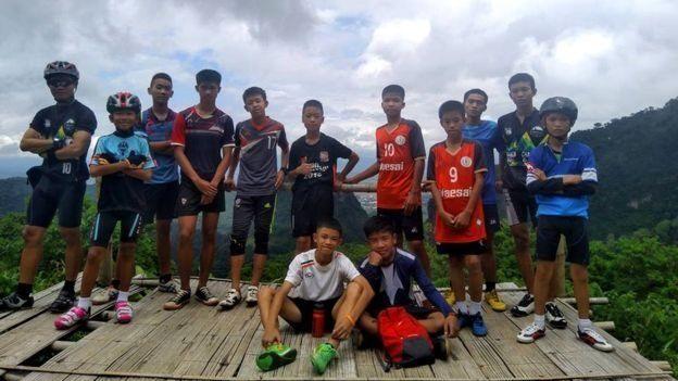 Meninos tailandeses desaparecidos posam para foto