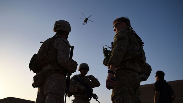 Американский морской пехотинец и боец афганского спецназа во время совместного учения на авиабазе Шораб в провинции Гильменд 27 августа 2017 года