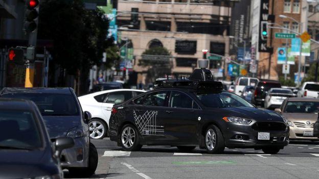 Auto de Uber sin conductor por las calles de San Francisco, Estados Unidos.