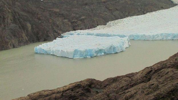 Imagem mostra bloco de gelo que se soltou da geleira Grey
