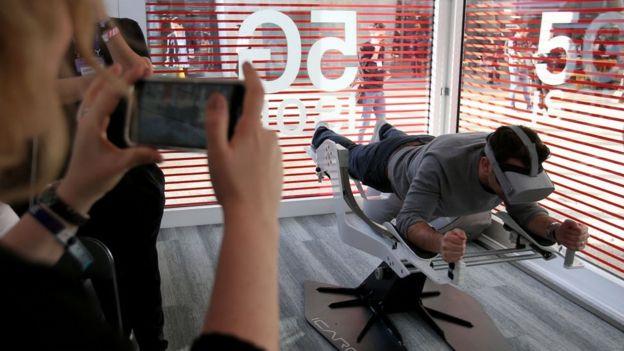 Un hombre prueba una máquina de realidad virtual en la Conferencia Tecnológica de Lisboa, Portugal, en noviembre de 2019