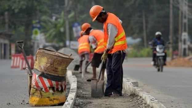 Trabalhadores numa rua