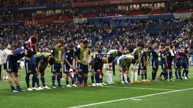 Các cầu thủ cùng ban huấn luyện cúi đầu trước khán giả sau trận đấu