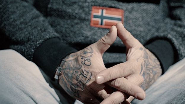 Las manos tatuadas de Javier García.