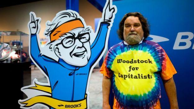 """Un fanático con una camiseta que dice """"Woodstock del capitalismo"""" durante la reunión anual de Berkshire Hathaway en 2019."""