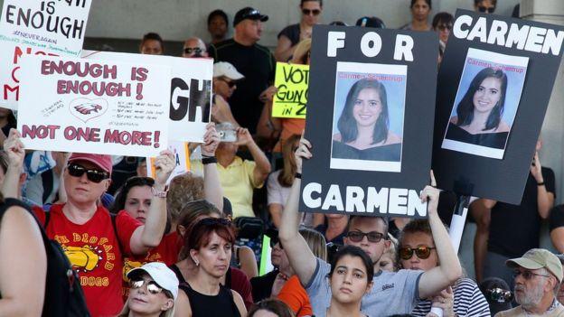 Protesta exigiendo mayores controles a la venta de armas.