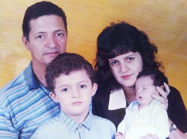 Enã Rezende com o pai e a mãe na infância