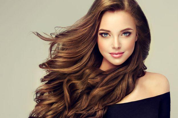 Una mujer con pelo largo