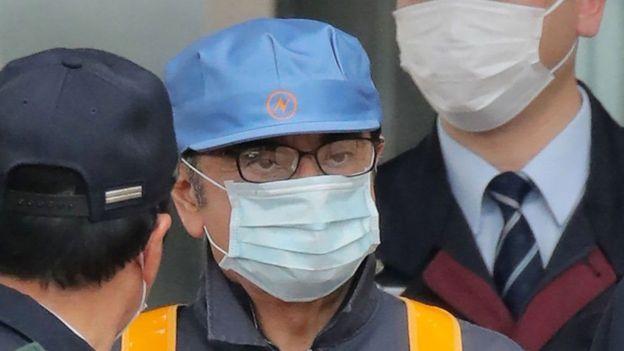 كارلوس غصن أثناء خروجه من مركز احتجاز في طوكيو