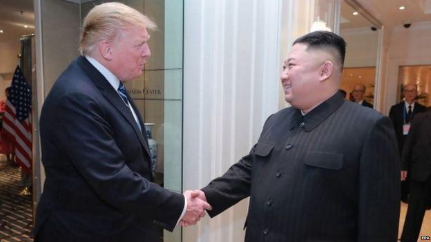 Picha rasmi ya (KCNA) inaonesha Kiongozi wa Korea kaskazini na Kim Jong Un (kulia)na rais wa MarekaniDonald J. Trump (kushoto) wakikutana mjini Hanoi, Vietnam, Februari 28 2019.