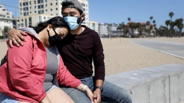 Um casal na Califórnia usa máscaras faciais