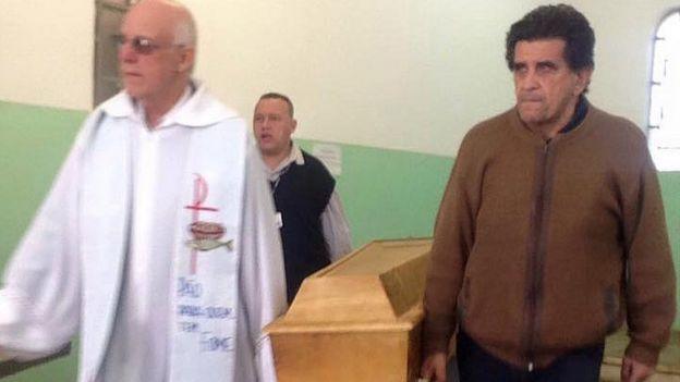 Após oração, Padre Julio Lancellotti carrega caixão de homem morto pelo frio junto a morador de rua