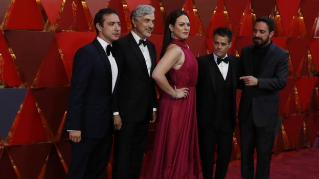 """El equipo de """"una mujer fantástica"""" en la alfombra roja."""