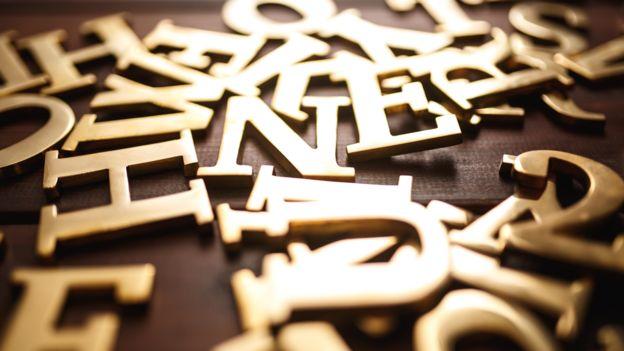 Letras del alfabeto de color dorado