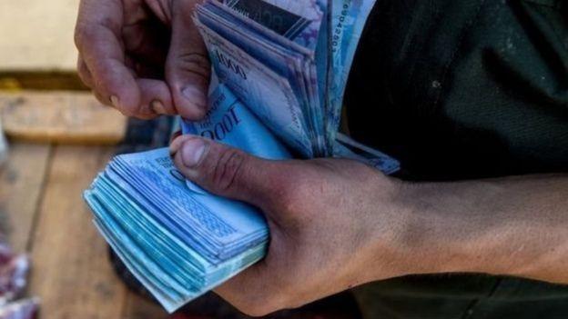 Siêu lạm phát khiến người dân phải mang một tập tiền to để trả cho những vật nhỏ.