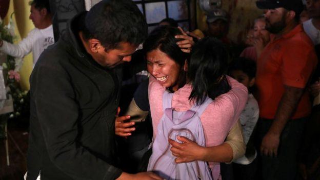 Magdalena, ibunda Fatima menangis histerius saat upacara pemakaman anaknya