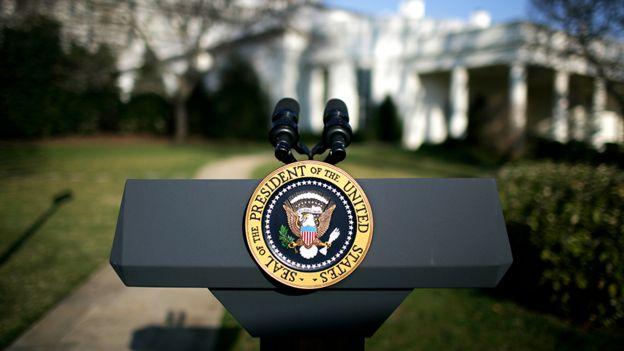 Le podium présidentiel devant la Maison Blanche
