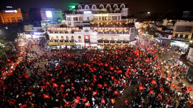 Chiến thắng của U23 Việt Nam làm người dân xuống đường ăn mừng