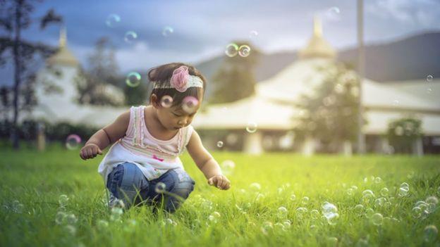 Criança brincando de bolinha de sabão