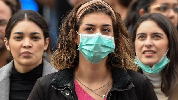 Mujeres con mascarilla en Italia.