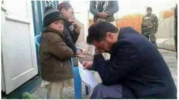 این تصویر آقای ضیا که برای یک کودک گریه می کند خبرساز شد