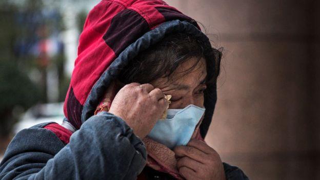 Una ciudadana china llora la muerte de Li Wenliang.