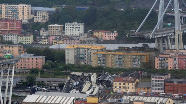 Une grande partie du viaduc de Morandi, sur lequel circule l'autoroute A10, s'est effondrée