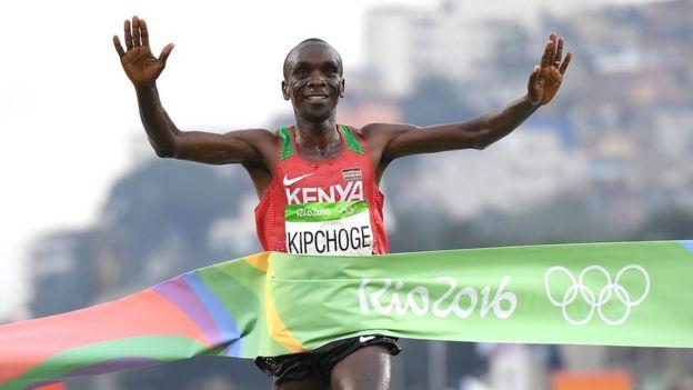 Eliud Kipchoge ganando el maratón de Río 2016.