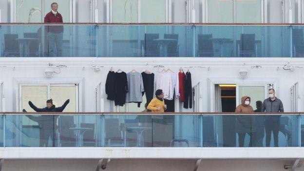 Lüks odalarda kalan yolcular balkonlarına çıkarak temiz hava alıp egzersiz yapmaya çalışıyor