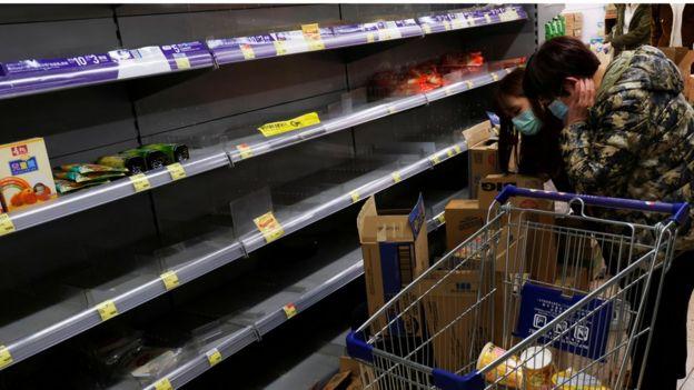 香港市民在超级市场抢购粮食和日用品。